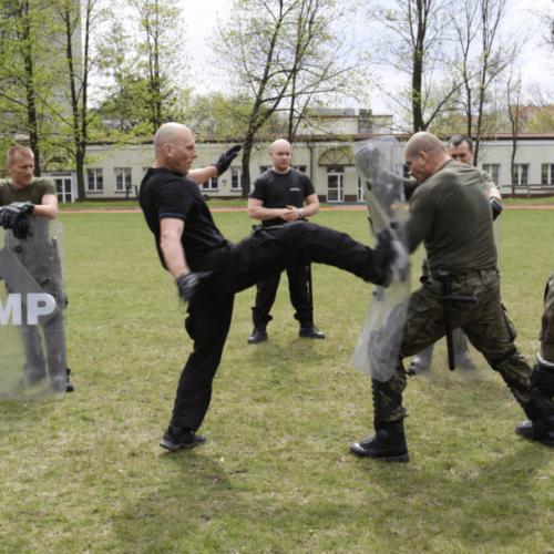 Policjanci szkolą żołnierzy 16 Batalionu Powietrznodesantowego w Krakowie